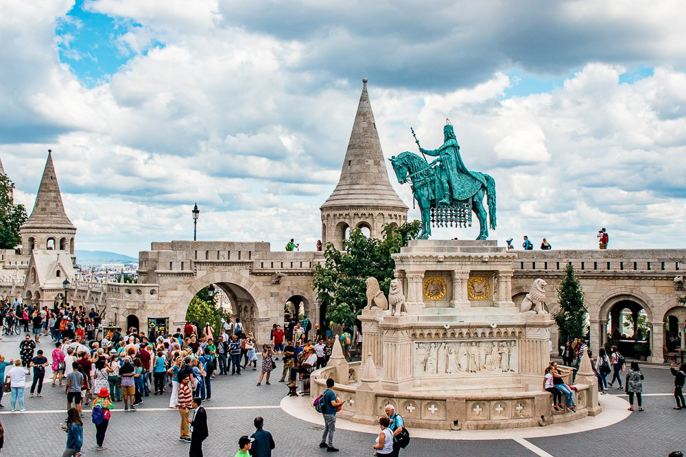 Tourists in front of Fisherman's Bastion