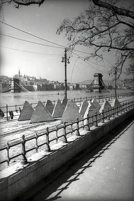 1945 destroyed Chain Bridge and barriers on the route of tram 2